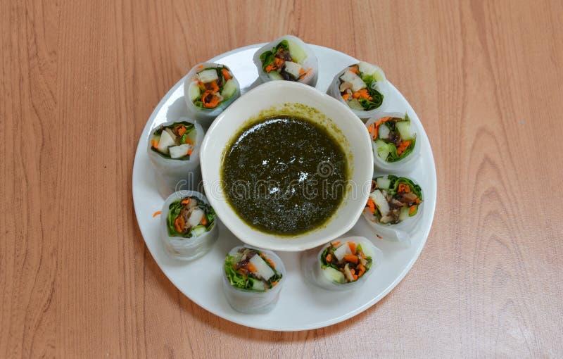 Petit pain de ressort frais thaïlandais avec les herbes et la sauce épicée photographie stock libre de droits