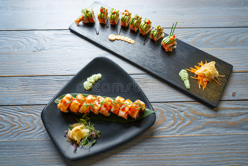 Petit pain de riz de sushi de forme de dragon photo stock