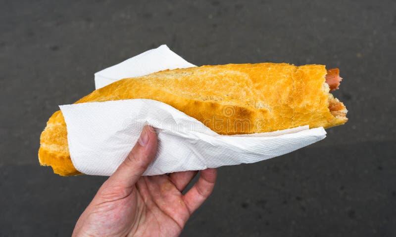 Petit pain de saucisse avec la saucisse images libres de droits
