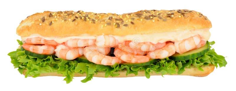 Petit pain de sous-marin de sandwich à crevette rose et à salade photographie stock libre de droits