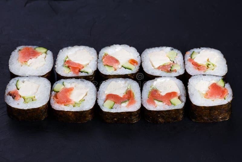 Petit pain de sushi délicieux de maki avec le Se de fromage de saumons, d'avocat et de tofu photo stock