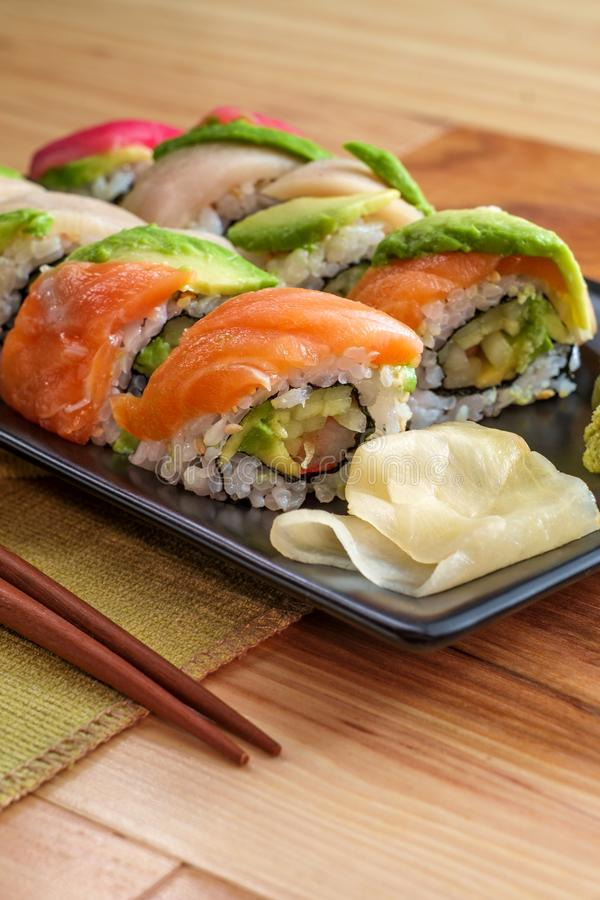Petit pain de sushi d'arc-en-ciel photo stock