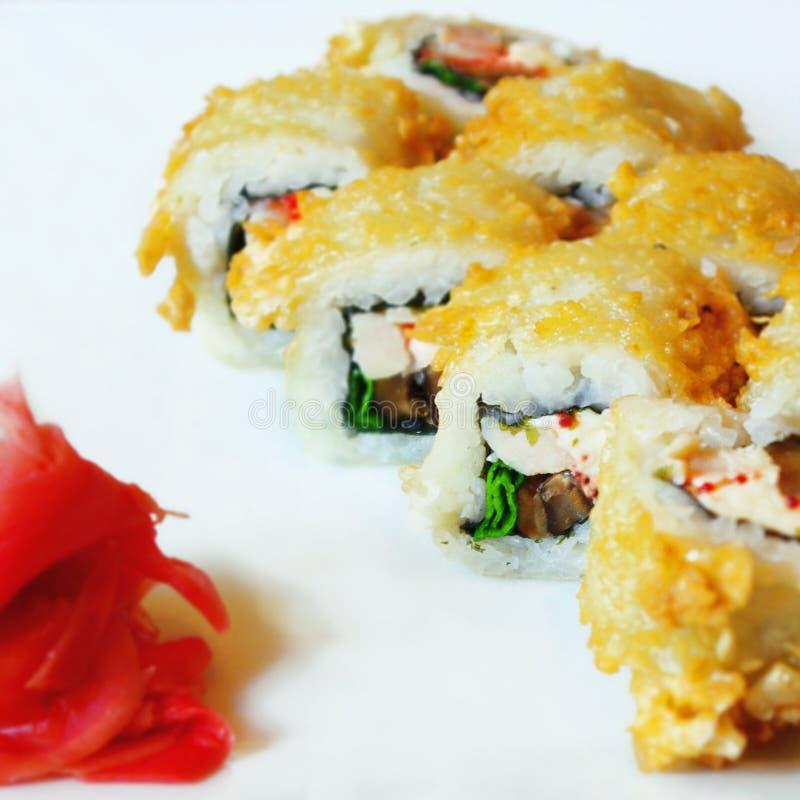 Petit pain de sushi de Tempura avec le fromage fondu, l'anguille et le tobiko images libres de droits