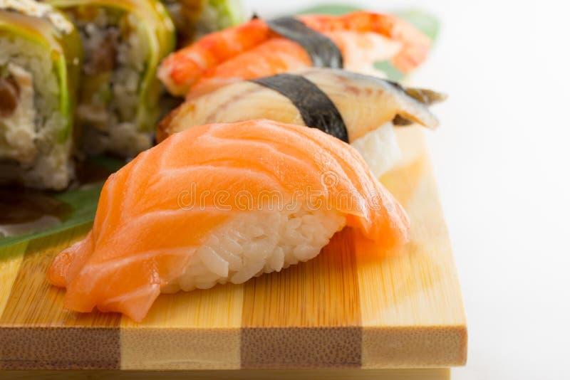 Petit pain de sushi et nigiri images libres de droits