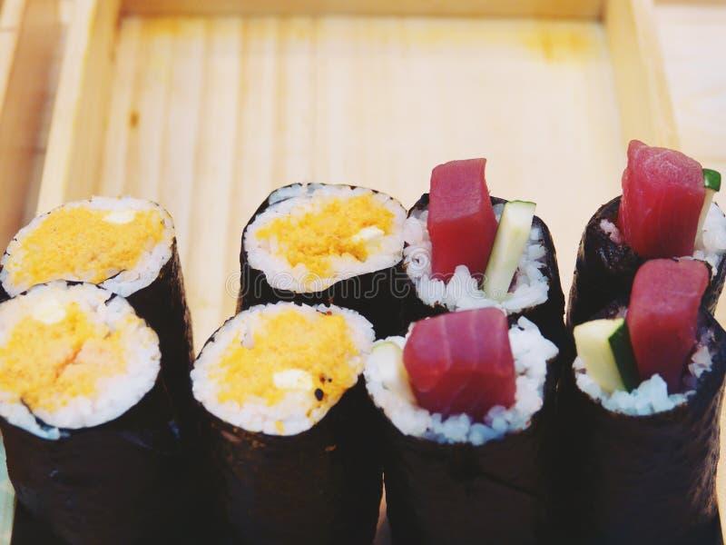 Petit pain de sushi japonais de nourriture ? l'arri?re-plan en bois de bo?te photos libres de droits
