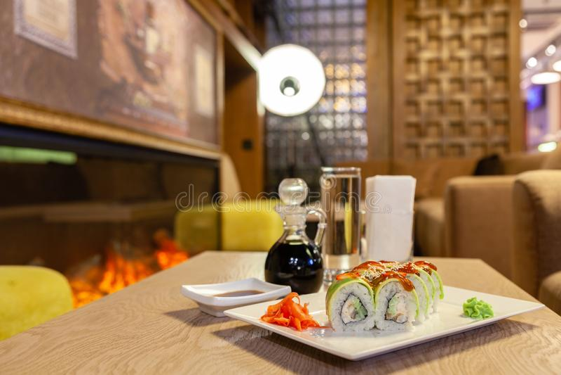 Petit pain de sushi de shogoun de plan rapproché avec l'avocat, fraise, sauce à teriyaki, sésame, wasabi, gingembre, plat japonai image stock