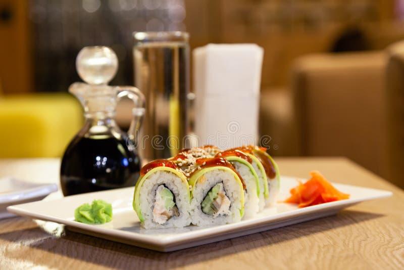 Petit pain de sushi de shogoun de plan rapproché avec l'avocat, fraise, sauce à teriyaki, sésame, wasabi, gingembre, plat japonai photographie stock libre de droits