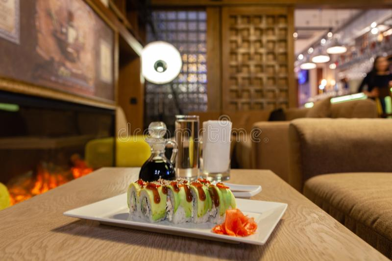 Petit pain de sushi de shogoun de plan rapproché avec l'avocat, fraise, sauce à teriyaki, sésame, wasabi, gingembre, plat japonai photos libres de droits