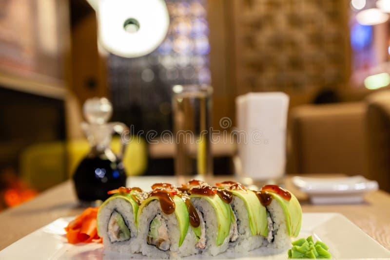 Petit pain de sushi de shogoun de plan rapproché avec l'avocat, fraise, sauce à teriyaki, sésame, wasabi, gingembre, plat japonai photos stock