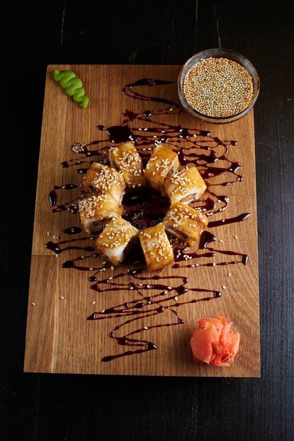 Petit pain de sushi sur un conseil en bois photo stock