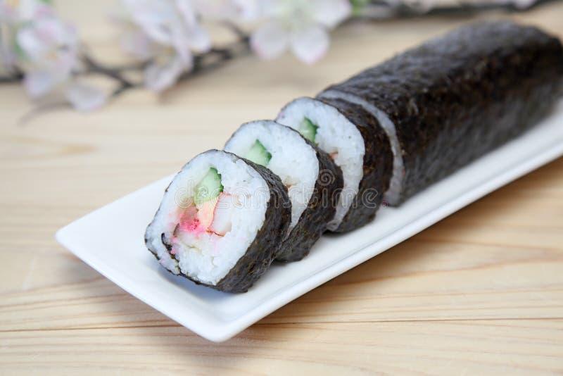 Petit pain de sushi sur un plat images stock