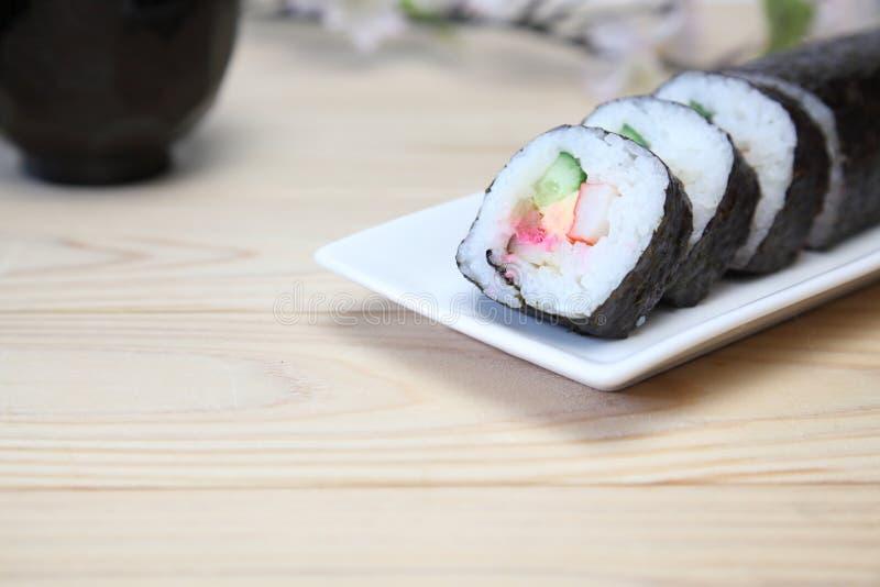 Petit pain de sushi sur un plat images libres de droits