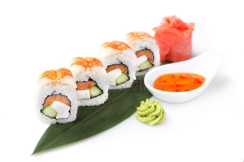 Petit pain de sushi tourné sur un fond blanc Nourriture japonaise de sushi dans un restaurant Menu de restaurant japonais D'isole photos libres de droits