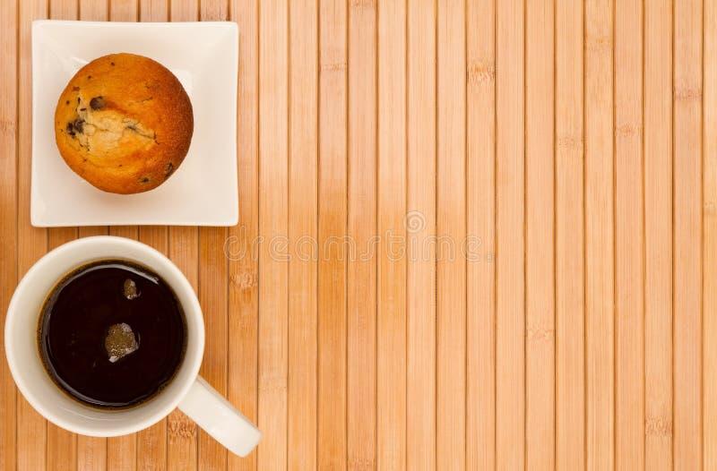 Petit pain de vanille avec une tasse de café image stock