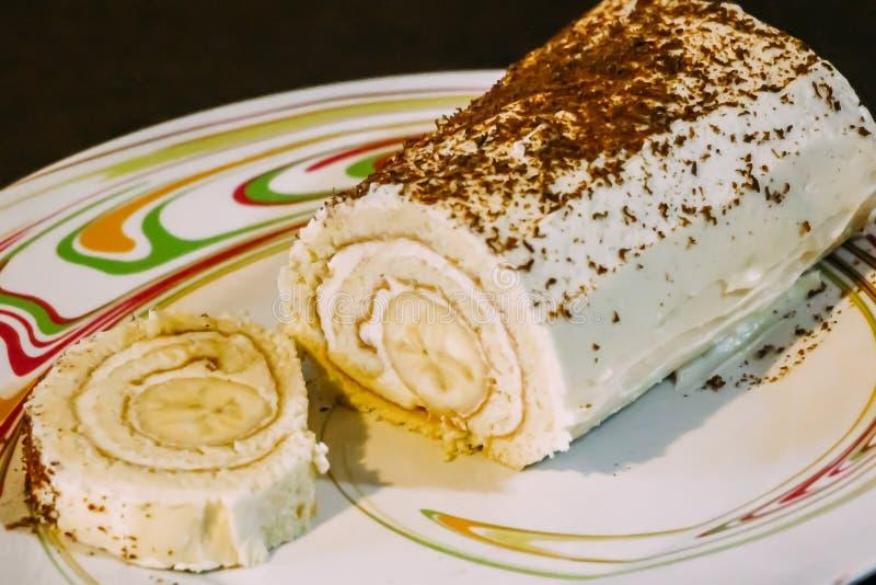 Petit pain doux de banane avec des puces de crème et de chocolat photo stock