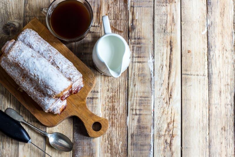 Petit pain doux fait maison avec de la confiture d'abricot image stock