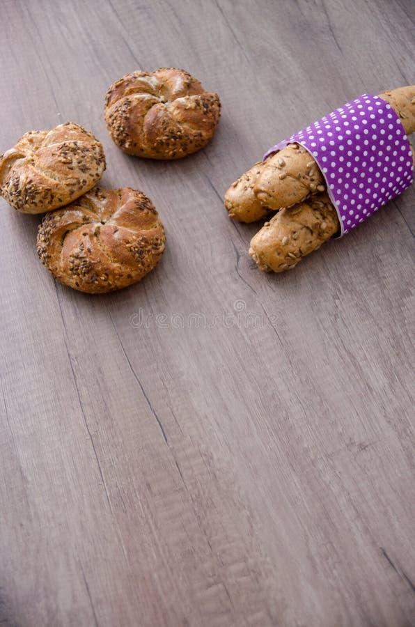 Petit pain et baguette de Kaiser sur la table en bois Concept végétarien de nourriture de pâtisserie bio photographie stock