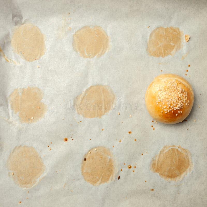 Petit pain fait maison d'hamburger sur le parchemin de boulangerie Photographie de nourriture, concept de boulangerie fraîche fai photos libres de droits