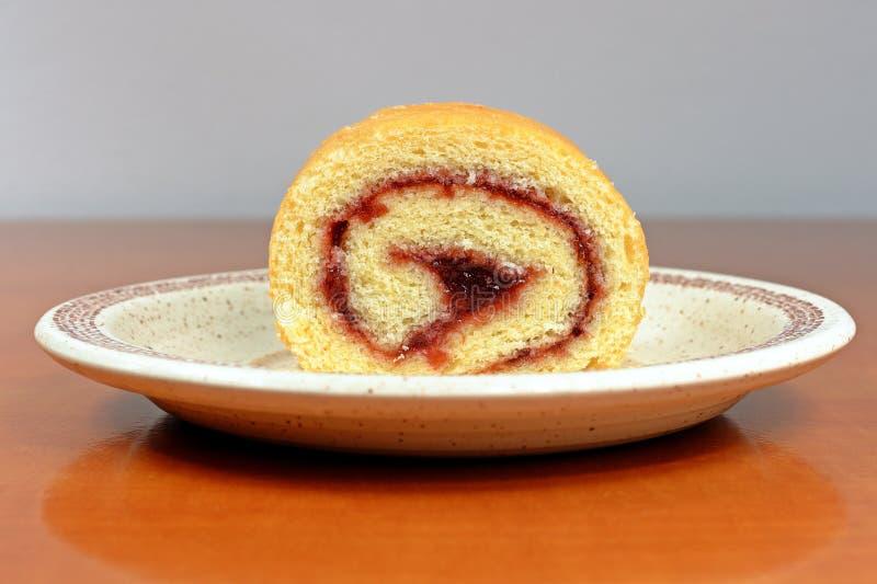 Petit pain gratuit de gluten fait maison avec de la confiture de prune du plat photo libre de droits