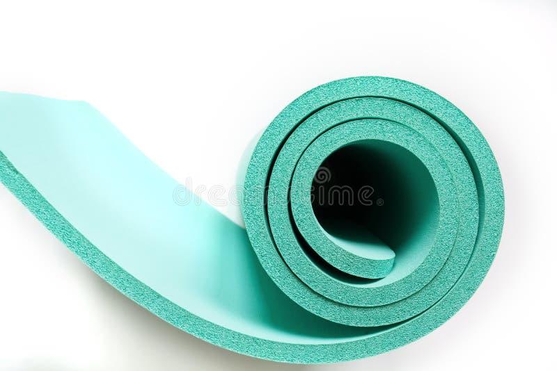 Petit pain léger de vert de mousse Tapis de yoga comme swirle sur le blanc d'isolement Concept images libres de droits