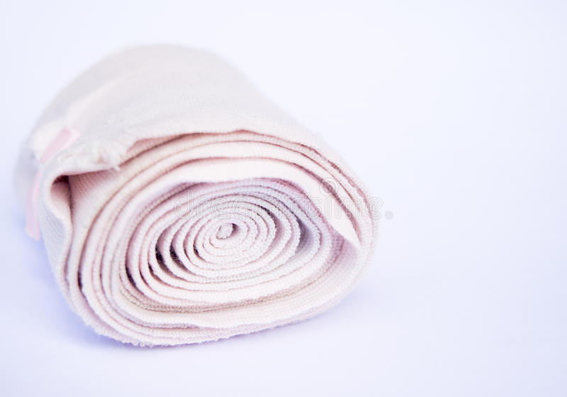Petit pain médical de bandage sur le blanc images stock