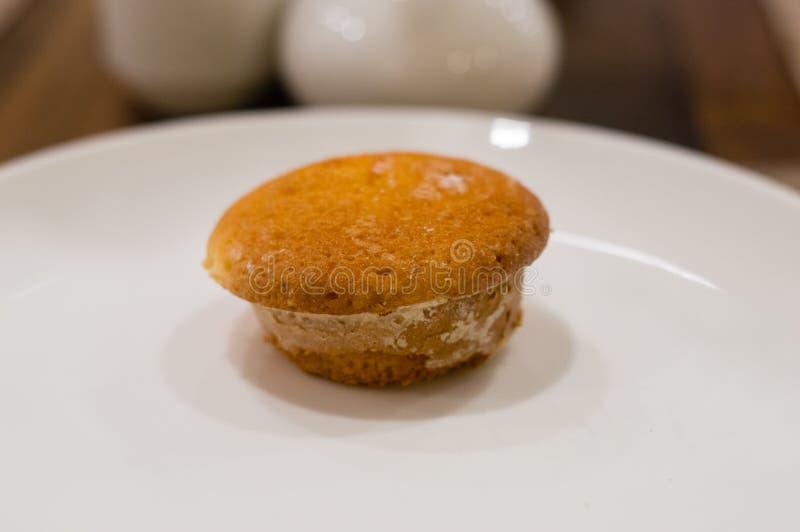 Petit pain savoureux du plat blanc photo stock