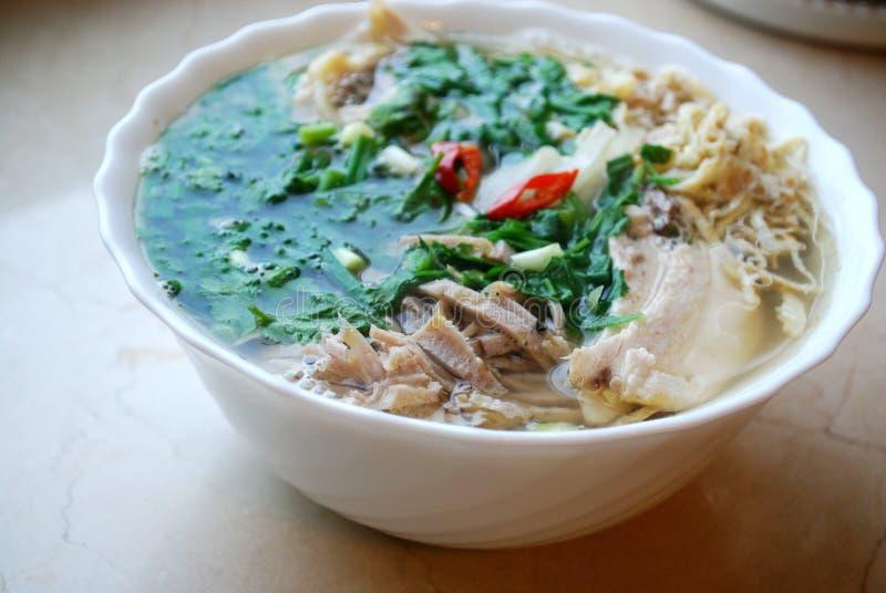 Petit pain Thang - plat vietnamien traditionnel avec le poulet, le jambon et les oeufs déchiquetés qui est garni par le cilantro  photos stock
