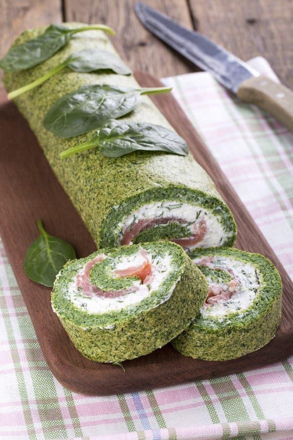 Petit pain vert d'épinards avec le fromage à pâte molle et les saumons image stock
