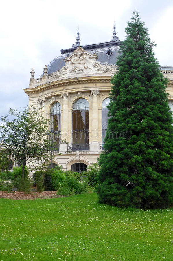 Petit Palais Paris, yttersida in mot floden Seine royaltyfri bild
