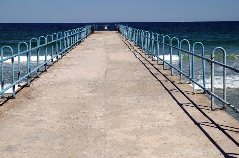 Petit pilier de bord de la mer. photos stock