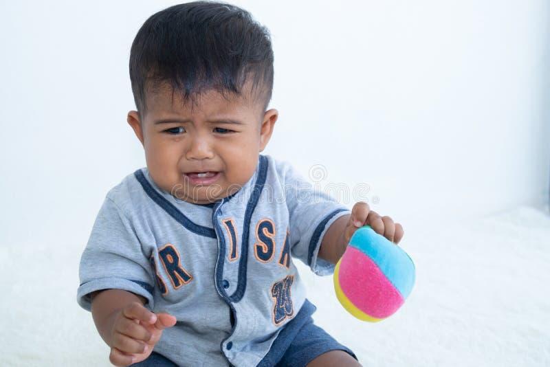 petit pleurer asiatique de bébé garçon image libre de droits