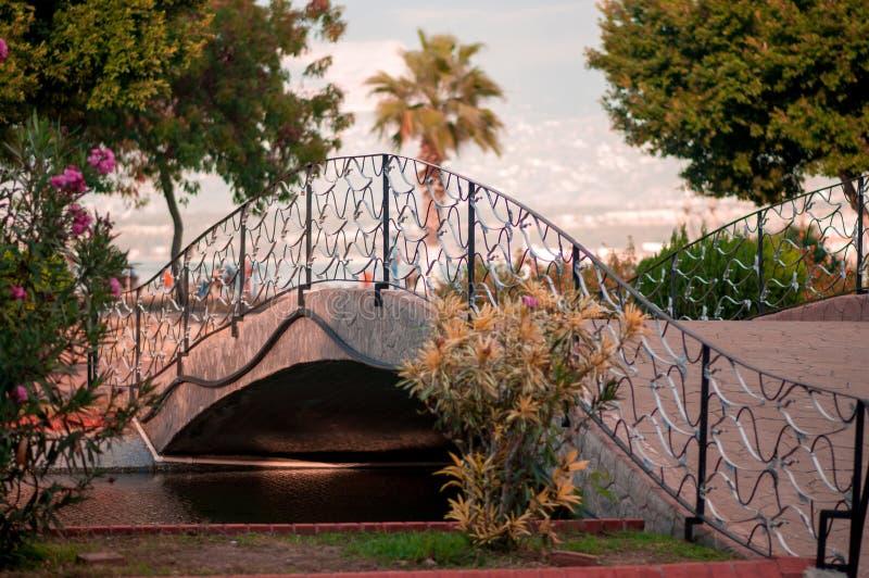 Petit pont au-dessus de la rivière photo libre de droits