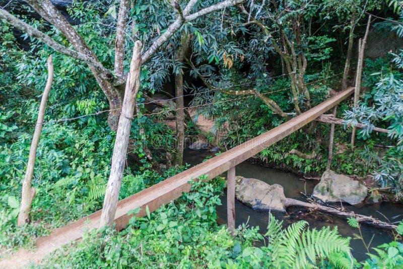 Petit pont de pied au-dessus de rivière de Palmarito près de Vinales, CUB images libres de droits