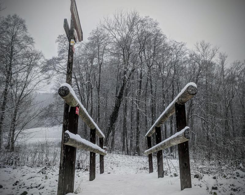 Petit pont en bois de Milou en hiver images stock