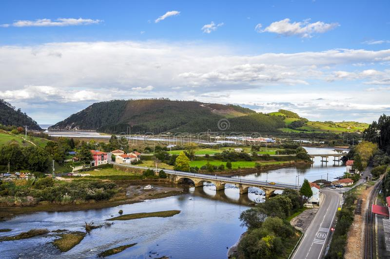 Petit pont en pierre à travers la rivière près de la stat de chemin de fer de Pesues photographie stock libre de droits