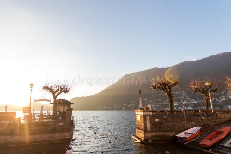 Petit port d'une ville sur le lac Como avec le stockage des bateaux de pêche photo stock