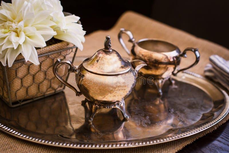 Petit pot de cuivre de thé sur le plateau argenté photo stock