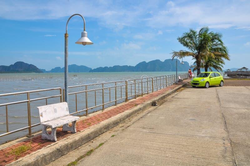 Petit quai tranquille sur le rivage de la baie de Phang Nga photo libre de droits