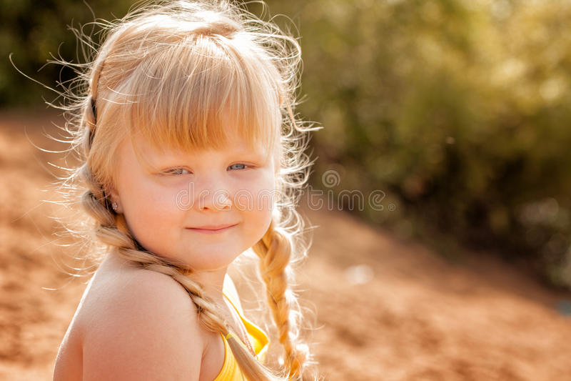 Petit repos blond aux yeux gris mignon en parc image stock