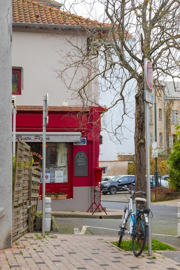 Petit restaurant et un vélo photo libre de droits