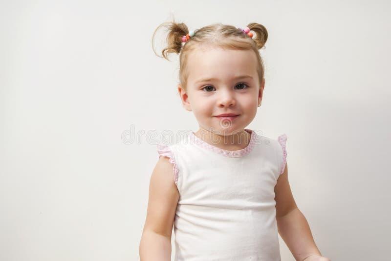 Petit rire adorable de bébé d'isolement sur le fond blanc photos stock