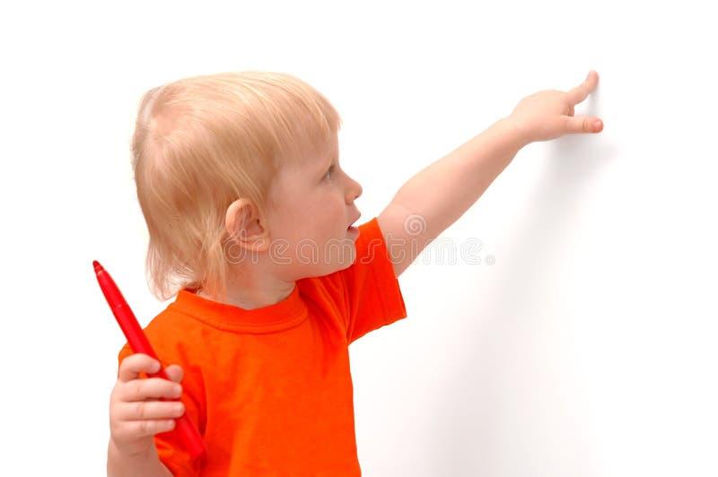 petit rouge de crayon de main d'enfant photos stock