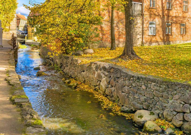 Petit ruisseau en parc de repos public de nature automnale, Kuldiga, Lettonie image stock