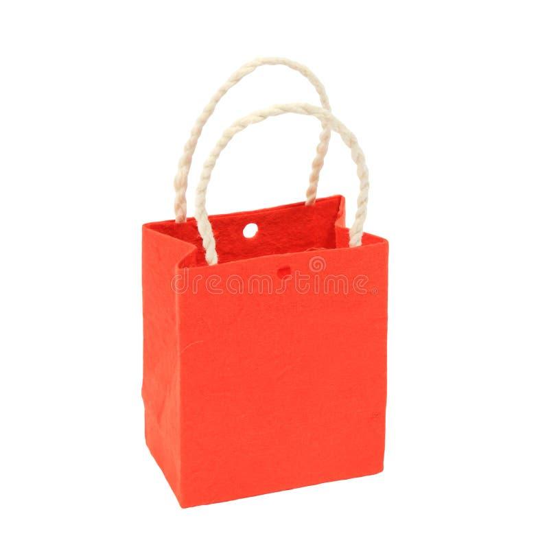 Petit sac de papier orange sur le blanc d'isolement images stock