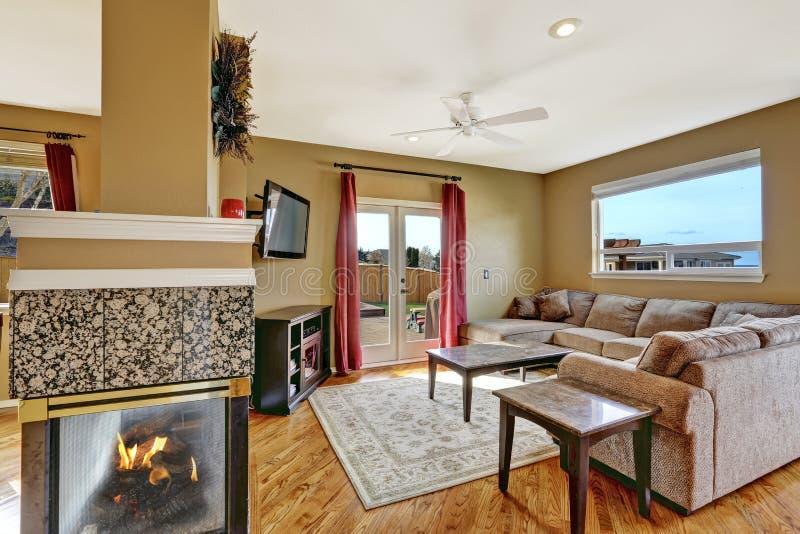 Petit salon avec la plate-forme de cheminée et de débrayage images stock