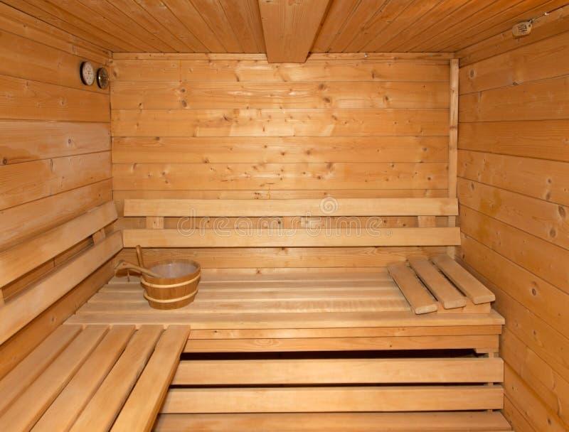 Petit sauna en bois finlandais la maison photo stock for Cintrer du bois a la maison