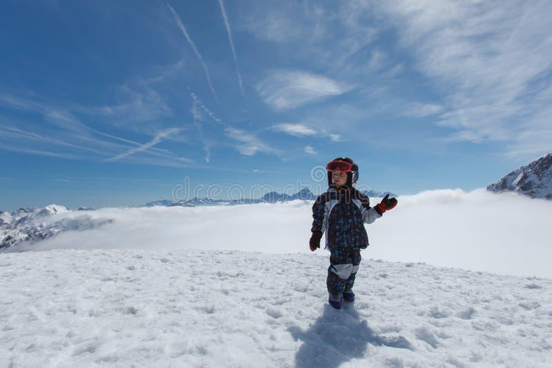 Petit skieur mignon et panorama alpin photos stock
