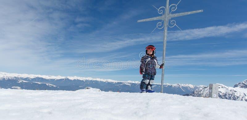 Petit skieur mignon et panorama alpin photographie stock libre de droits