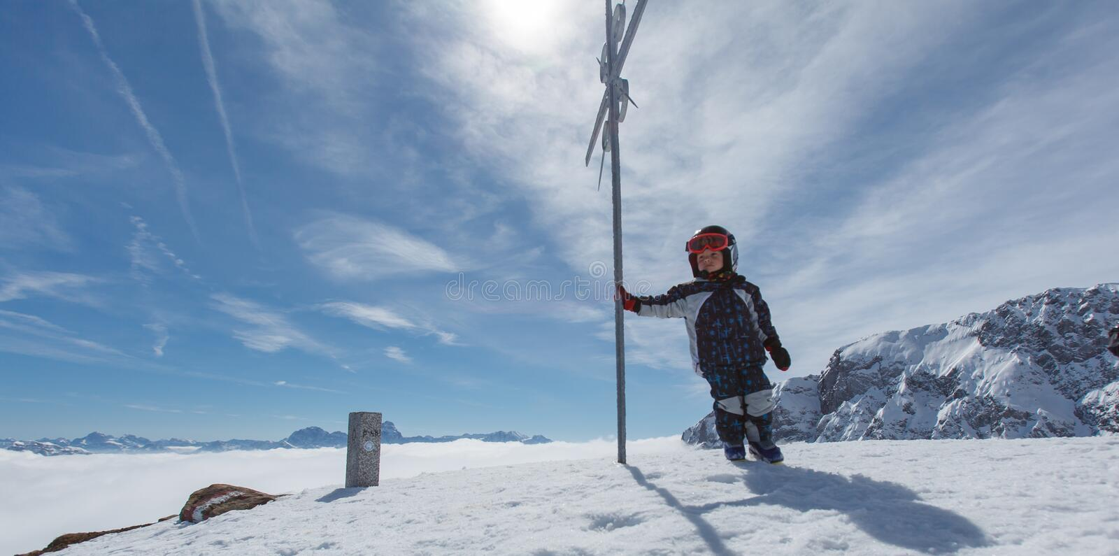 Petit skieur mignon et panorama alpin photo stock