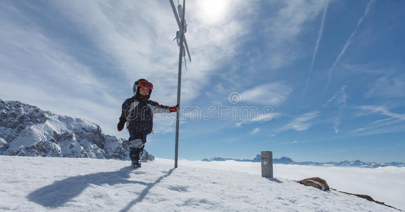 Petit skieur mignon et panorama alpin photo libre de droits